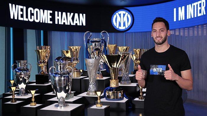Pemain Turki Hakan Calhanoglu resmi menjadi pemain Inter Milan, Selasa (22/6/2021)