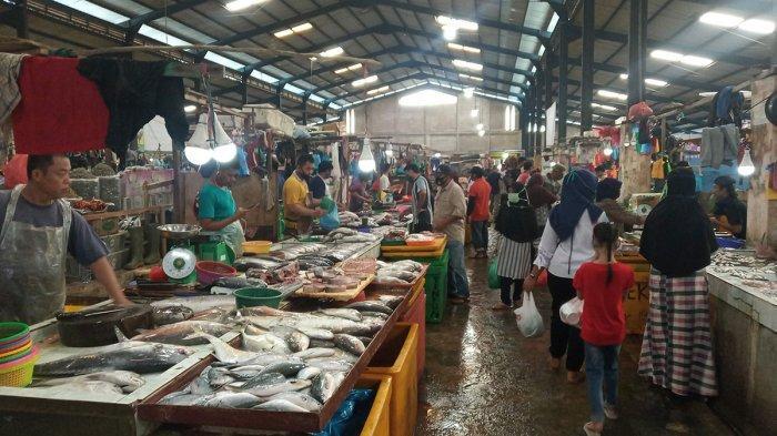 Suasana di Pasar Bintan Center (Bincen) Kota Tanjungpinang, Jumat (24/7/2020). Meski harga sejumlah bahan terpantau stabil jelang Idul Adha 1441 H, namun pedagang mengeluhkan masih minimnya omzet yang mereka peroleh.