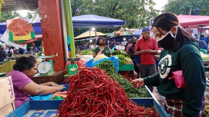 Derita Awal Tahun Warga Batam, Setelah Sayur, Kini Harga Cabai yang Melambung. Foto warga sedang membeli cabai di Pasar Tos 3000 Jodoh, Kota Batam, Provinsi Kepri, Kamis (14/1/2021).