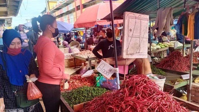 PASAR TOS 3000 - Penjual cabai di Pasar Tos 3000 Batam sedang melayani pembeli, Minggu (6/6/2021).