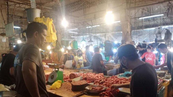 Beberapa warga sedang membeli daging ayam di Pasar Tos 3000 Batam, Kamis, (8/4/2021).