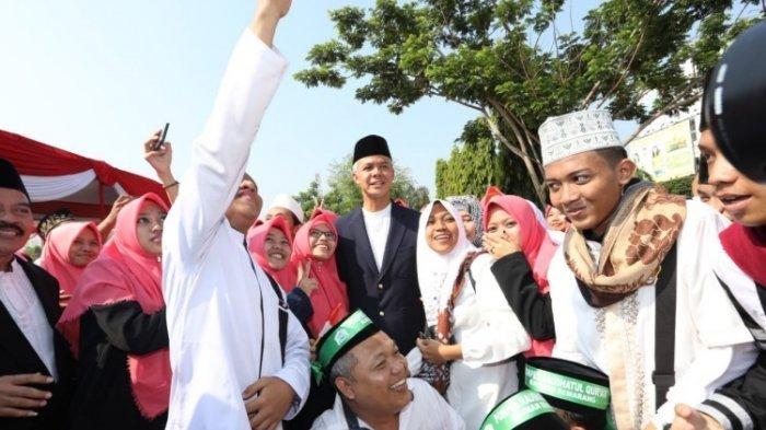 Gubernur Jawa Tengah, Ganjar Pranowo berfoto bareng santri usai upacara peringatan Hari Santri Nasional (HSN) 2018 di Lapangan Pancasila Simpanglima, Kota Semarang, Senin (22/10/2018).