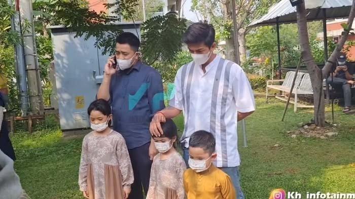 Ayah Ria Ricis Meninggal Dunia, Harris Vriza Datang ke Pemakaman Dampingi Keluarga Oki Setiana Dewi.