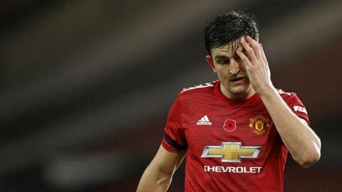 Pemain bertahan Manchester United asal Inggris Harry Maguire menunjukkan gestur kecewa setelah gawang MU kebobolan saat lawan Arsenal, Minggu (1/11/2020).