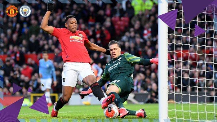 Anthony Martial berduel dengan Edersom Moraes dalam derby Manchester United vs Manchester City dalam laga pekan ke-29 Liga Inggris, Minggu (8/3/2020).