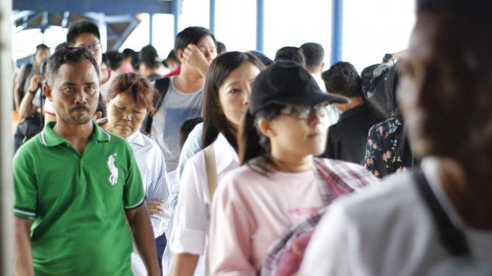 Penumpang tiba di Pelabuhan Tanjungbalai Karimun, Provinsi Kepri. Kapolsek Kawasan Pelabuhan Karimun bantah informasi di medsos soal 2 penumpang dari Malaysia diperiksa petugas karantina karena terpapar virus Corona.