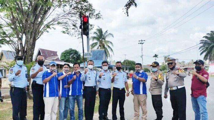 PWI Lingga bersama Polres Lingga, Imigrasi dan Lapas Dabo Singkep membagikan kue dan masker pada pengguna jalan di Lampu Merah Depan Masjid Az-Zulfa, Dabo Singkep, Selasa (9/2/2021).