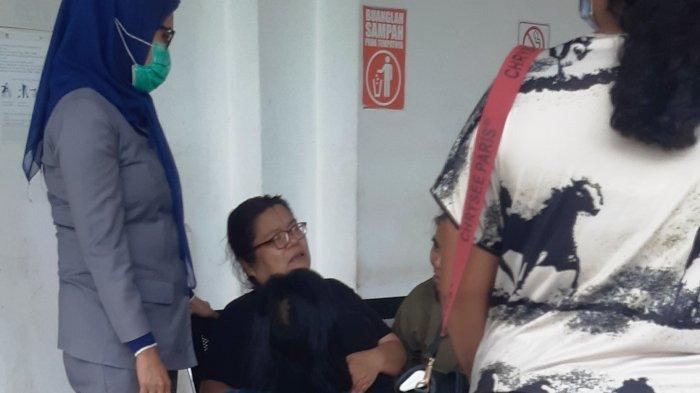 Ibu Korban Laka Kerja di PT ASL Shipyard Tanjunguncang Batam Lunglai. Foto Ibu Petrik Natanael Sitompul terlihat lemas di kamar jenazah RSUD Embung Fatimah, Senin (16/3/2021).