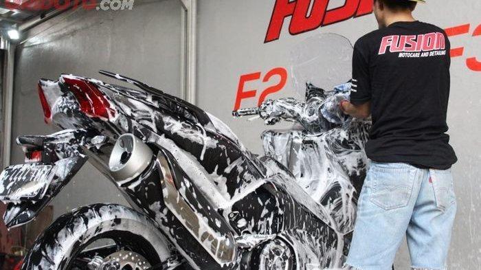Ladies Begini Lho Cara Cuci Motor Sendiri Agar Terlihat Kinclong dan Bersih