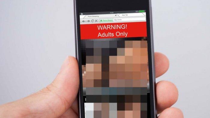 ALAMAK! Ketahuan, Pria Ini Ikut Nongkrong di Tempat WiFi Gratis Untuk Buka Situs Porno