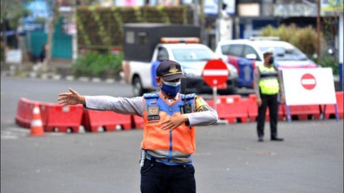 PPKM - Polisi sedang melakukan penyekatan jalan selama PPKM