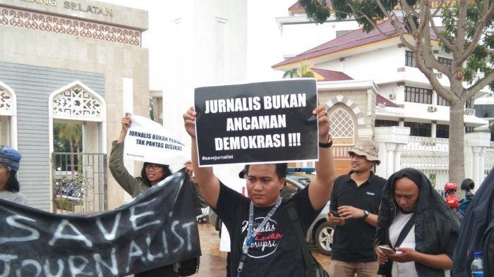 Ditengah Guyuran Hujan Jurnalis Kota Batam Gelar Aksi Solidaritas, Tolak Kekerasan Terhadap Jurnalis