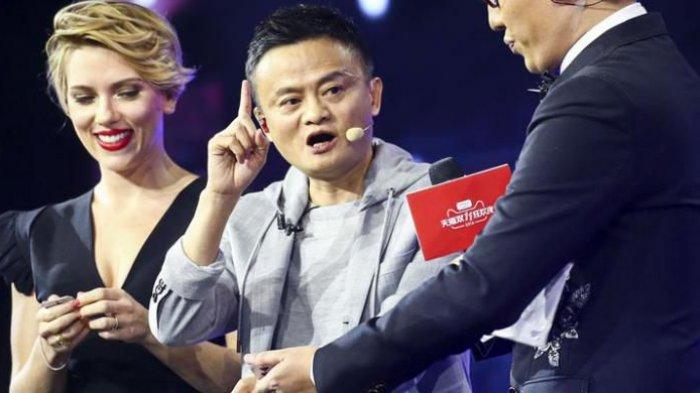 CEO Alibaba Jack Ma (tengah) bersama aktris Hollywood Scarlett Johansson saat membuka event Singles Day 2016
