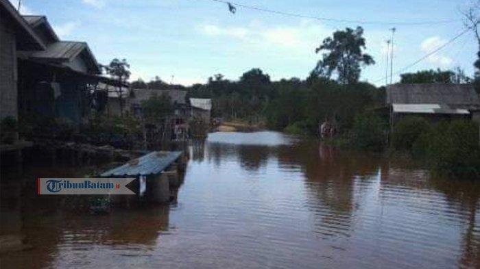 Warga Curhat Jalan Desa Seperti Danau. Sering di Foto dan di Ukur, Perbaikan Tak Pernah Terealisasi