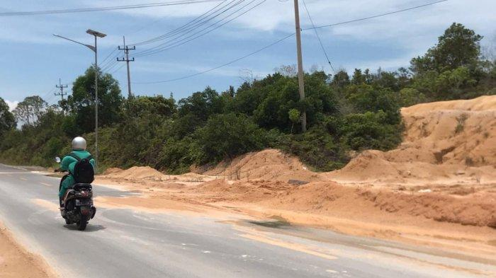 Jalan Lintas Barat Bintan Rawan Kecelakaan, Gundukan Pasir Ancam Nyawa Pengendara