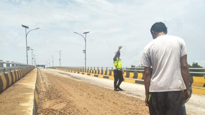 Kerikil Berserakan di Jembatan Ekang Kabupaten Bintan, Polisi Langsung Terapkan Buka Tutup Jalan