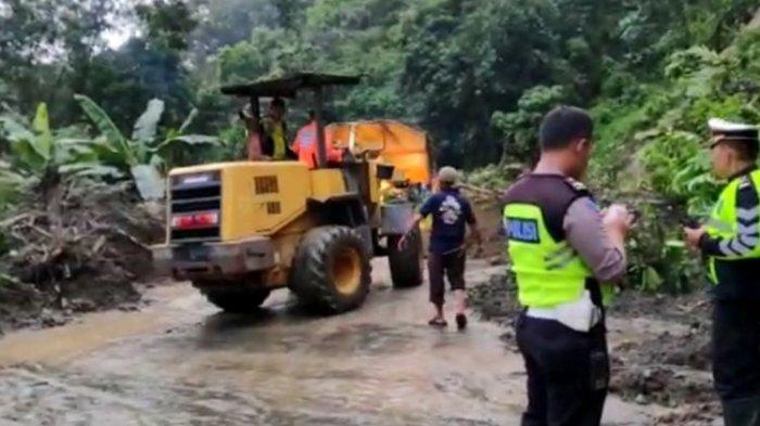 Tertutup Longsor, Akses Jalan Lintas Sumatera Sempat Putus 4 Jam di Kabupaten Solok