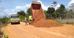 Jalan rusak di Lingga tepatnya di Kecamatan Singkep Barat ditutup pasir, Selasa (2/2/2021).