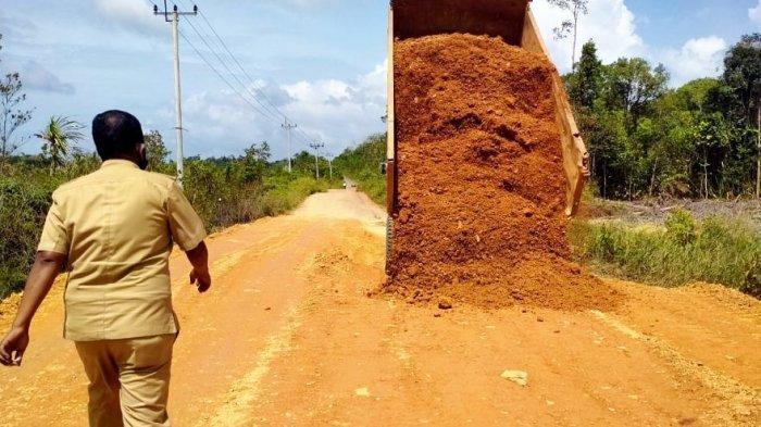 Camat Singkep Barat Tutup Jalan Rusak di Lingga Pakai Pasir, Tak Ada Anggaran