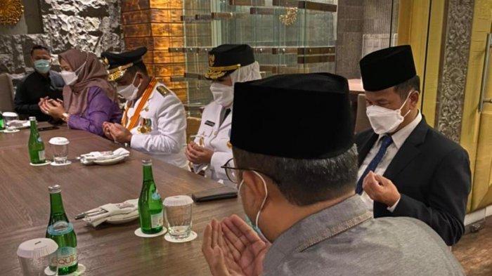 Ansar Ahmad dan Marlin Agustina saat menggelar doa selamat di lobi hotel Grand Melia Jakarta sebelum menuju Istana Negara Jakarta, Kamis (25/2/2021).