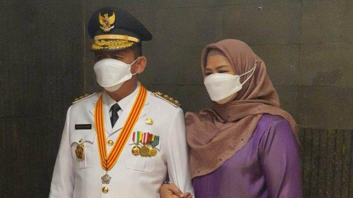 Gubernur Kepri terpilih Ansar Ahmad bersama istri Dewi Kumalasari jelang pelantikan, Kamis (25/2/2021).
