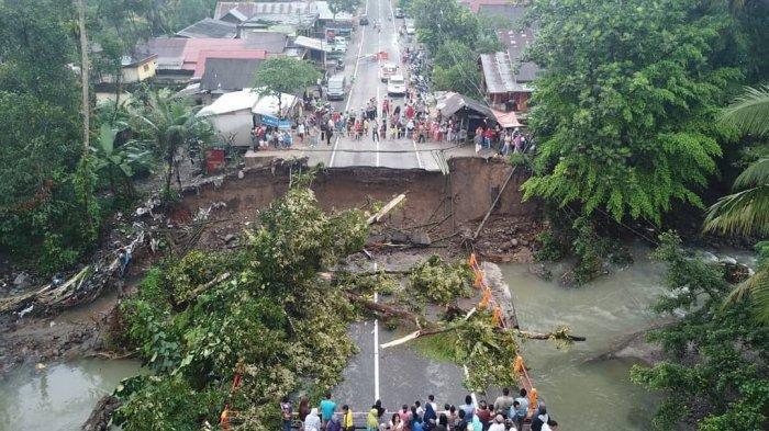 Kondisi Terkini Jembatan Ambruk, Jalan Lintas Padang-Bukittinggi Terputus. Motor pun Tak Bisa Lewat