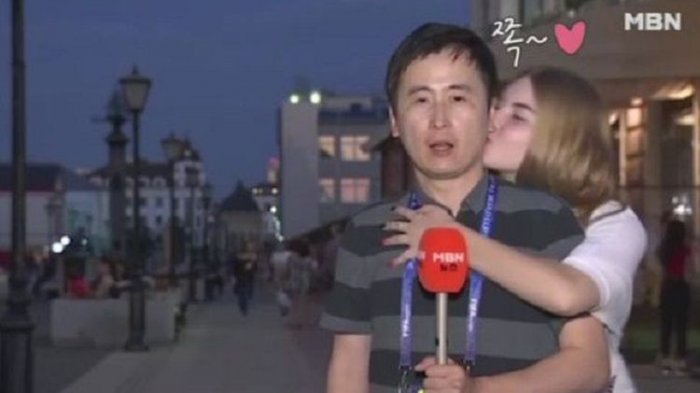 Sedang Siarkan Piala Dunia, Reporter Ini Dicium Dua Wanita Rusia. Warganet: Itu Pelecehan Seksual