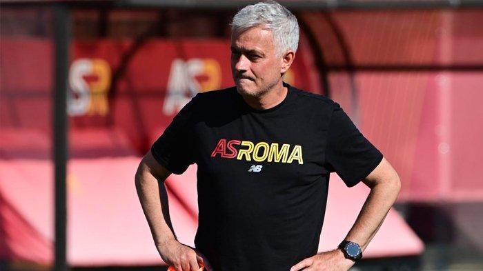 Pelatih AS Roma asal Portugal Jose Mourinho memimpin latihan pramusim di Roma, Minggu (11/7/2021)