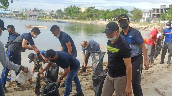 Aksi Jumat Bersih Wakil Bupati Natuna Rodhial Huda di Pantai Piwang, Jumat (18/6/2021).
