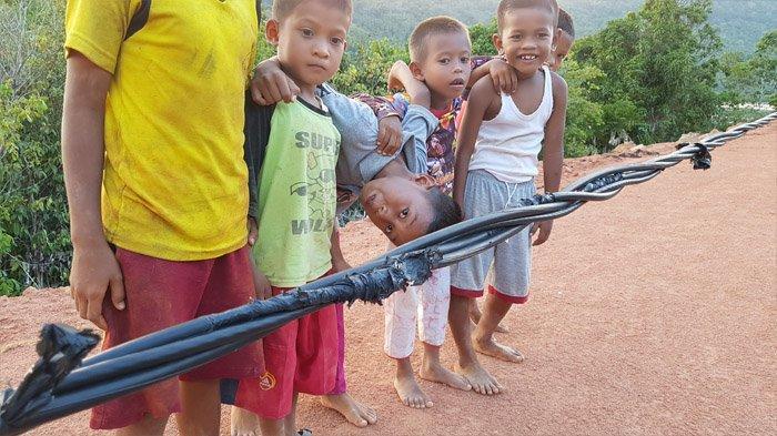 Kabel Listrik Menjutai di Desa Air Bini Anambas Bahayakan Warga, Minta Segera Diperbaiki