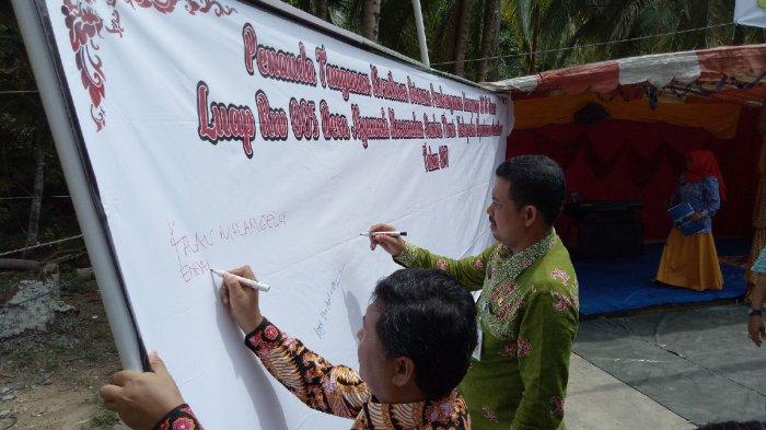 Wakil Bupati dan Sekretaris Daerah Kabupaten Kepulauan Anambas saat menandatangani komitmen bersama pembangunan kampung KB di Dusun Luap Desa Nyamuk Kecamatan Siantan Timur Kamis (19/10/2017)