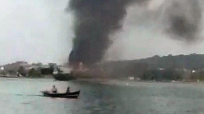 Kapal kayu pengangkut barang KM Dian Monalisa 8 terbakar di perairan laut Rimba Jaya dengan kondisi asap mengepul ke udara, Rabu, (21/4/2021).