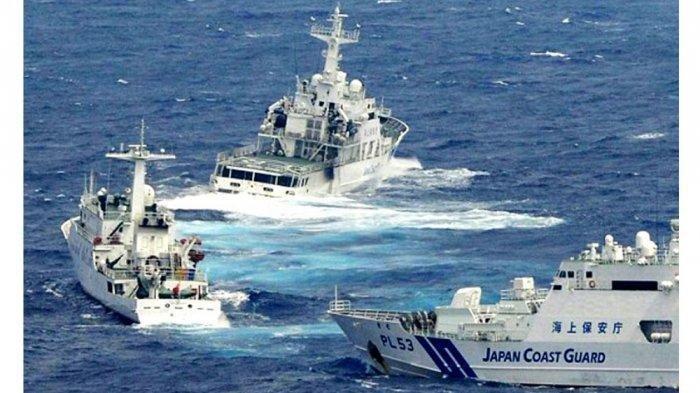 Setelah Merajalela di Laut China Selatan, China Cari Gara-gara dengan Jepang di Laut China Timur. Kapal penjaga pantai Jepang usir kapal penjaga pantai China di perairan Kepulauan Diaoyu (Senkaku), Laut China Timur, 2018