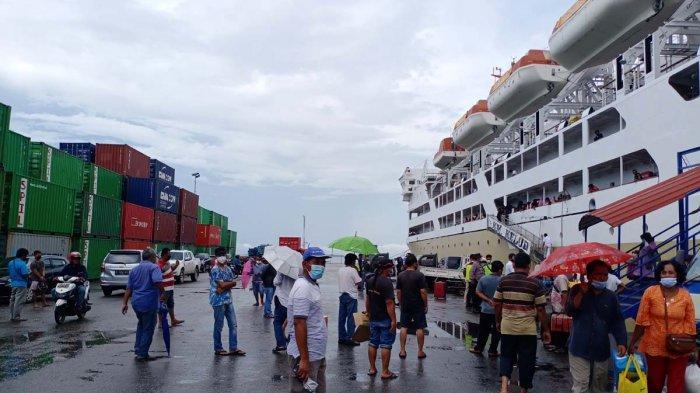 KM KELUD - Kapal Pelni KM Kelud saat sandar di Pelabuhan Batu Ampar Batam, Rabu (24/3/2021).