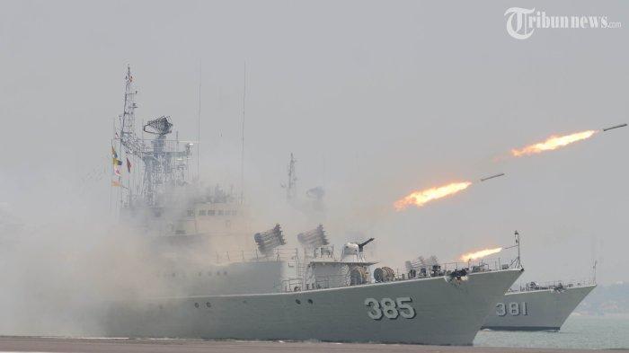 Kapal Perang TNI Angkatan Laut Muntahkan Peluru Kendali C-705 di Perairan Indonesia