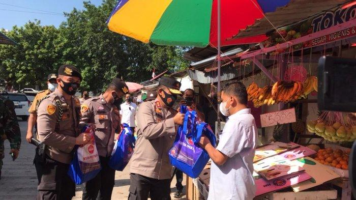 Kapolda Kepri Irjen Pol Aris Budiman membagikan paket sembako bantuan PPKM di Pasar Sungai Harapan, Sekupang, Kota Batam, Provinsi Kepri, Selasa (27/7/2021).