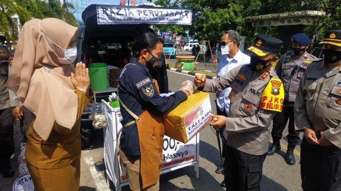 Kapolda Kepri, Irjen Pol Aris Budiman saat mengunjungi razia perut lapar yang dilakukan oleh anggota Polres Tanjungpinang, Senin (22/2/2021).