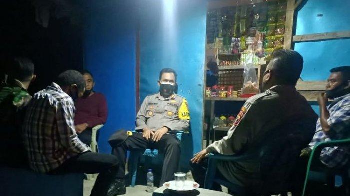 Kapolres Alor AKBP Agustinus Christmas, saat bertemu aparat pemerintahan Desa Alila Timur, Ketua RT dan Kepala Dusun 2