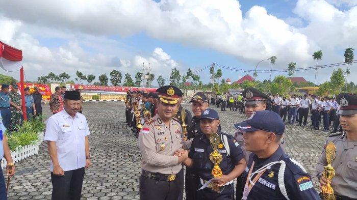 Kapolres Bintan, AKBP Boy Herlambang saat memberikan penghargaan dalam perayaan HUT Satpam, kepada Satpam, Rabu (22/1/2020).