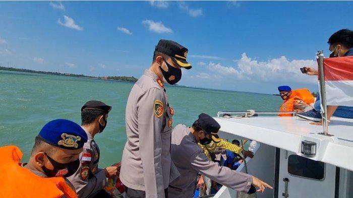 Kapolres Bintan, AKBP Bambang Sugihartono membagikan paket sembako ke nelayan yang melaut di Desa Teluk Sasah, Kecamatan Seri Kuala Lobam, Bintan, Kamis (22/7).