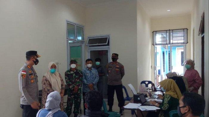 Kapolres Bintan AKBP Bambang Sugihartono memantau pelaksanaan vaksinasi corona di Bintan, Kamis (3/6/2021).
