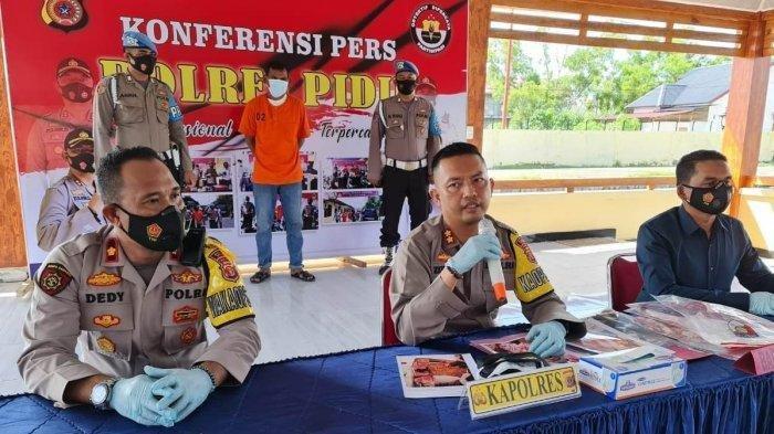 Kapolres Pidie, AKBP Zulhil Destrian menggelar konferensi pers penangkapan Armia di Mapolres setempat