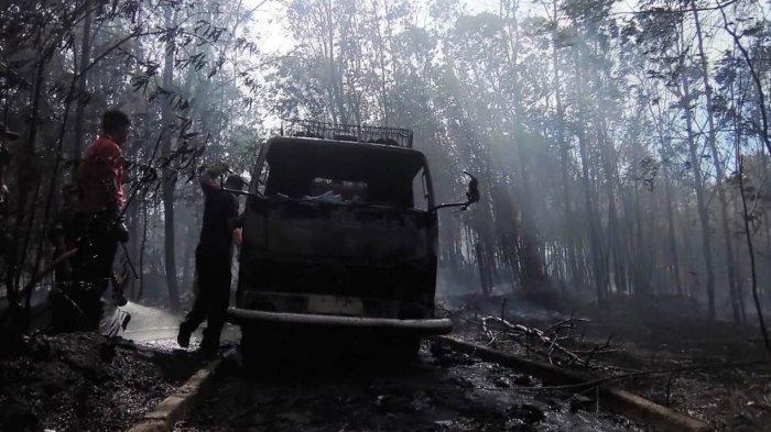 Kondisi mobil damkar yang hangs terbakar saat memadamkan api di hutan lindung Kecamatan Bukit Bestari Tanjungpinang, Senin (22/2/2021).