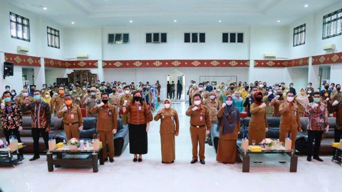 Penyerahan kartu kepesertaan JKK dan JKM kepada sejumlah pegawai non ASN di lingkungan Pemko Tanjungpinang secara simbolis, Senin, (1/2/2021).