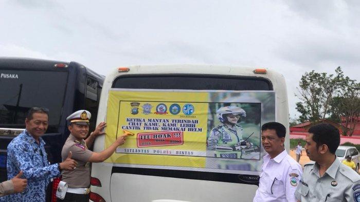 Ada Pembagian Stiker Unik ke Bus Pariwisata, Kampanyekan Tertib Berlalu Lintas di Bintan
