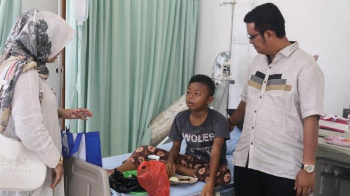Bupati Bintan, Apri Sujadi menjenguk pasien DBD di tahun 2019 sebelum pandemi Covid-19. Kasus demam berdarah menjadi perhatian Pemkab Bintan selain kasus virus Corona.