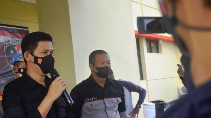 Kasatreskrim Polres Cianjur AKP Anton memberi keterangan kepada wartawan terkait kasus dugaan kejahatan skimming atau duplikasi kartu yang menimpa puluhan nasabah bank pelat merah, Selasa (6/4/2021)