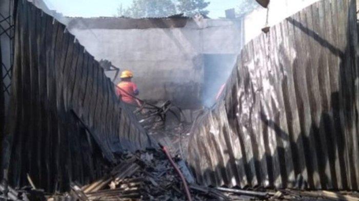 Tak Ada Korban Jiwa, Belum Diketahui Kerugian Gudang Penyimpanan Kelapa yang Terbakar di Bintan