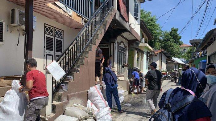 Warga dibantu petugas pemadam kebakaran berusaha menyelamatkan harta benda di rumah milik warga Jalan Pemuda, Kelurahan Tarempa, Kecamatan Siantan, Kabupaten Kepulauan Anambas, Provinsi Kepri, Kamis (29/4/2021).