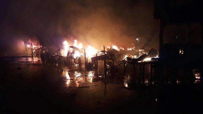 Kebakaran yang terjadi di pelantar Kecamatan Meral, Kabupaten Karimun, Provinsi Kepri, Sabtu (6/3/2021) dini hari.